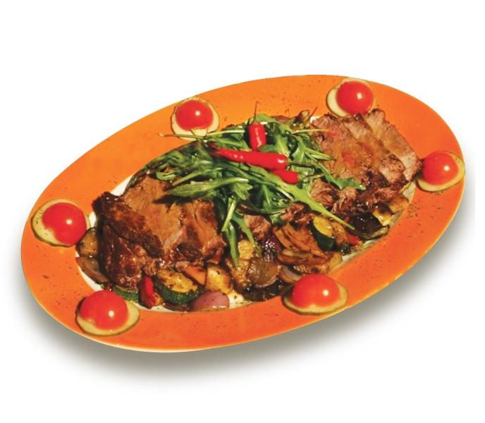 Filet Steak - 250 g jemne marinovanej hovädzej roštenky na grilovanej zelenine